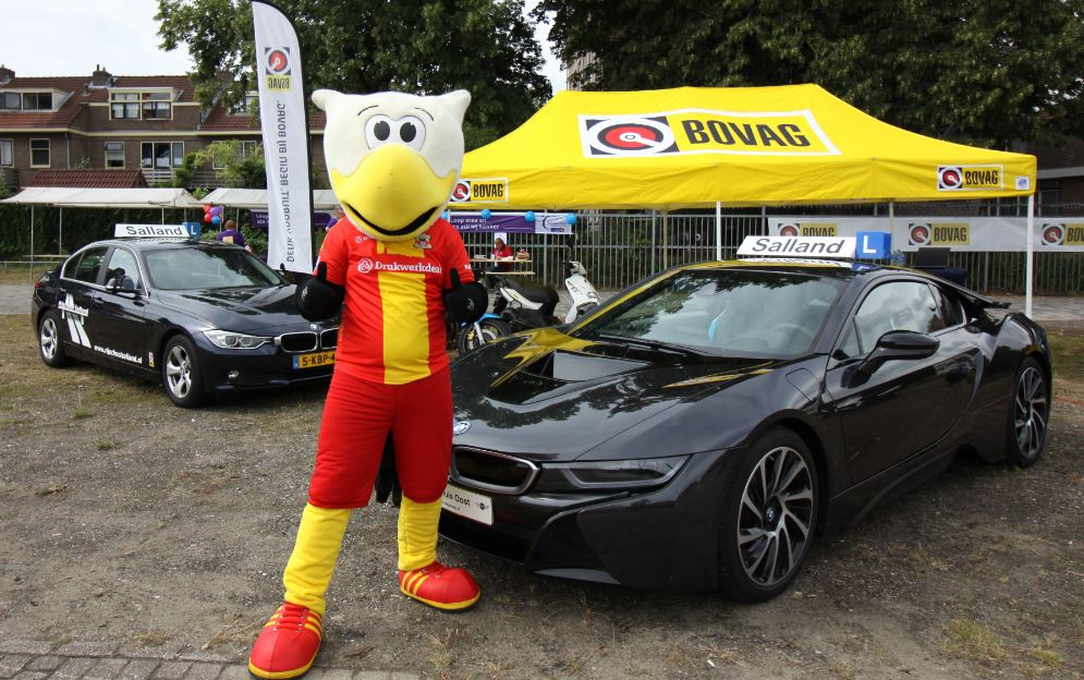 go ahead Eagles mascotte bij auto's rijschool Salland deventer